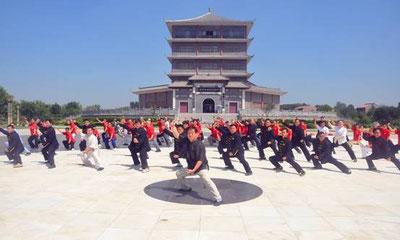 in China ist Taiji ein Breitensport für Jung und Alt: hier GM Chen Zhenglei mit einer Gruppe von Schülern und Lehrern