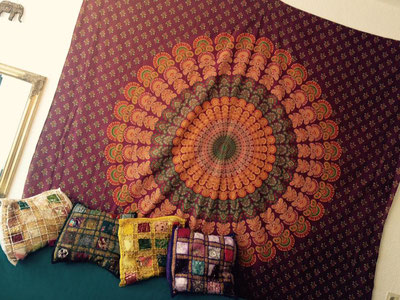 Rotes Mandala Wandtuch mit indischen Kissen