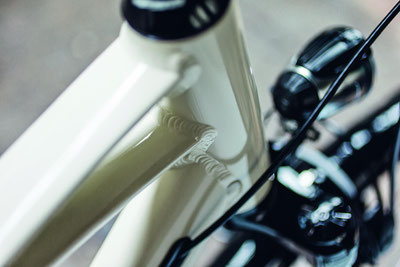 Zubehör, wie Helme, Schlösser, Sättel, Licht, Gepäckträger und vieles mehr für Trekking e-Bikes gibt es in der e-motion e-Bike Welt Düsseldorf