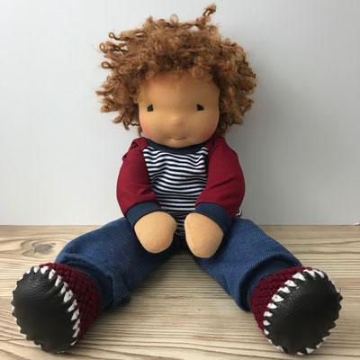 Stoffpuppe mit Locken für Kinder zum Spielen mit weicher kinngerechter Kleidung in blau und rot