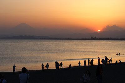 Am Strand mit dem heiligen Fuji-san im Hintergrund