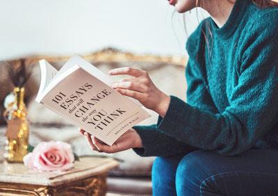 女性がお気に入りの本を読む様子