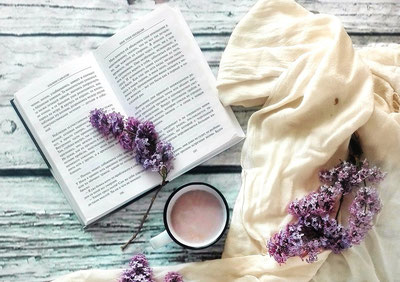 本と飲み物の置かれたテーブル
