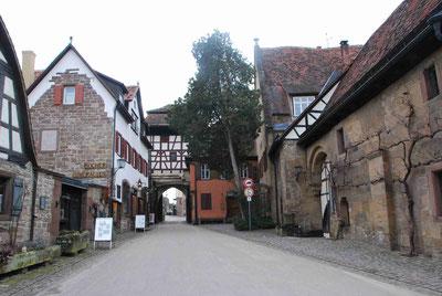 Blick auf die Eingangspforte vom Innenhof