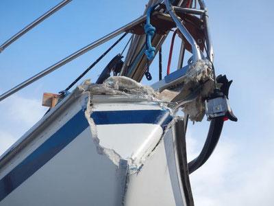 Vermutlich Totalschaden, Bug eingedrückt und die Rumpf- Deck- Verbindung aufgerissen