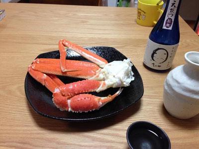 「ずぼがに」は若いズワイガニの事で、ゆでた時に頭のミソが流れてしまうため足だけでの販売となります。殻が柔らかく手で「バキッ」とおって身を「ズボッ」と引き抜き食べることから「ズボガニ」とよばれるようになりました。瑞々しい甘みが特徴の美味しい蟹です。