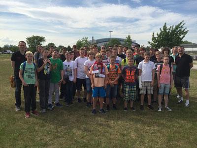 Nachwuchsspieler, Trainer und Unterstützer vor der GETEC-Arena (Foto: Lisa Budde)