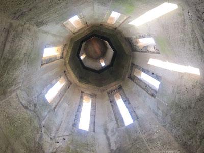 Le clocher de l'église est entièrement bétonné.