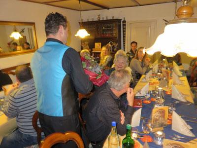 Dani Hochreuter gratuliert der Jubilarin