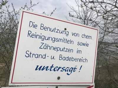 ©Heike Dahl Die Besucher des Pehlitzwerder werden auf die strengen Regeln hingewiesen: Kein Zähneputzen am Strand