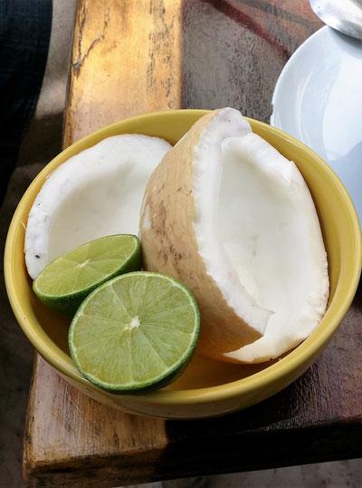 Frische Kokosnuss mit Limette