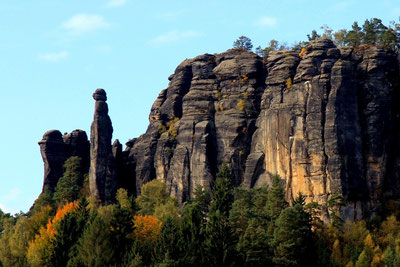 """Am Tafelberg Pfaffenstein steht das Wahrzeichen der Säch- sischen Schweiz, die über 42 m hohe Felsnadel """"Barbarine"""", seit 1978 Naturdenkmal. Klettern an ihr ist verboten!"""