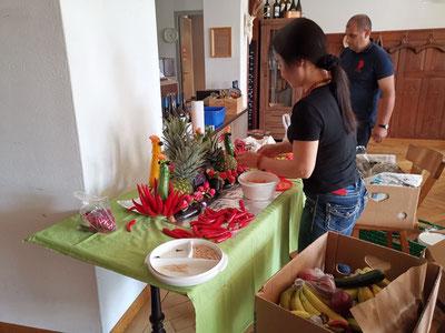Anh Bucheli beim Vorbereiten des Buffets. Bild: zvg