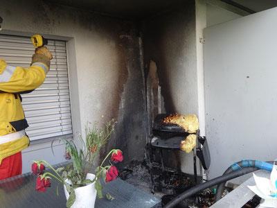 Brand auf einem Balkon. Bild: Feuerwehr Gossau ZH