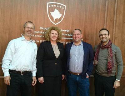Auf Besuch in Pristina bei der kosovarischen Handelsministerin: Karl Kupper, Ministerin Rozeta Hajdari, Daniel Wäfler, Zija Shabani (v.l.n.r.)