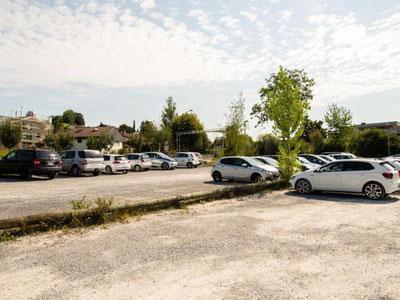 Hier fand man eine Leiche im Auto: Parkplatz beim Fussballfeld Gossau ZH. Bild: Seraina Boner