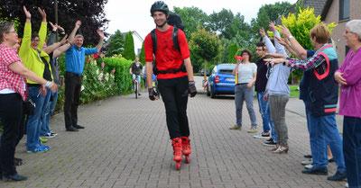 Zurück von seiner Inlinertour, wird Mirko Lekat mit einem Spalier von Familie und Freunden in Altenesch empfangen.