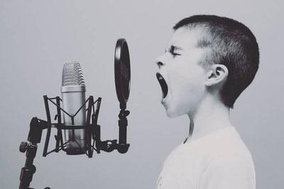 A shouting boy 叫ぶ男の子