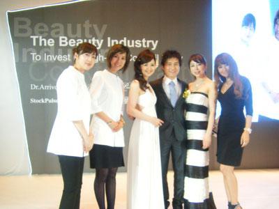 """2012年、日航ホテルで日本の美顔器の発表イベント。""""美魔女""""も日本から登場!"""
