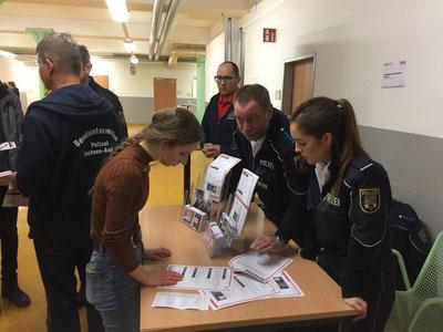 Polizistin Celine Besecke (rechts) erklärt einer Schülerin die Möglichkeiten der Ausbildung in Aschersleben. Foto: Alpha-Report