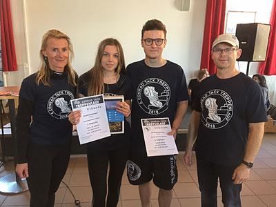 Die Sieger Lea Lubisch und Jannik Blum eingerahmt von den Lehrern Constanze Renauld und Karsten Schwarz. Foto: Alpha-Report