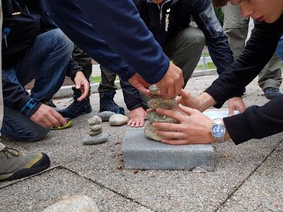 Beim Steinmandlibauen waren alle Hände und Finger gefragt