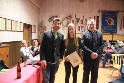 Obmann und Jugendreferent begrüßen Agnes Ranacher als neues Mitglied der Musikkapelle
