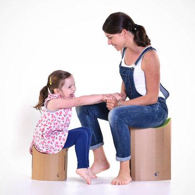 Papphocker Lollo mit Mutter und Kind