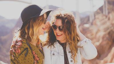 Freunde lachen flachwitz erlebnisgutschein unternehmungen mit kindern