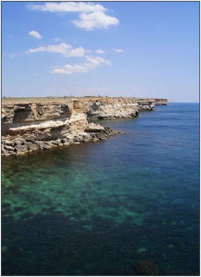 Морской берег и прибрежные скалы в Крыму около Тарханкута