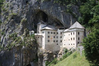 Le château de Predjama encastré dans la falaise