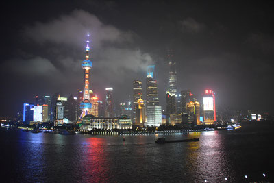 昔の画像がないので数年前の上海の夜景を。(2016年6月撮影)