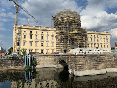 Wiederaufbau des Berliner Stadtschlosses (17. Juni 2019) (Quelle: https://commons.wikimedia.org/wiki/File:Berlinerstadschloss001.jpg, Paweł Drozd [CC BY-SA (https://creativecommons.org/licenses/by-sa/4.0)]).