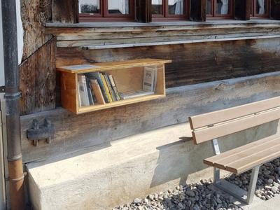 Hinsetzen, verweilen, lesen: die Bücherbox beim Dürstelerhaus. Bild: duerstelerhaus.ch