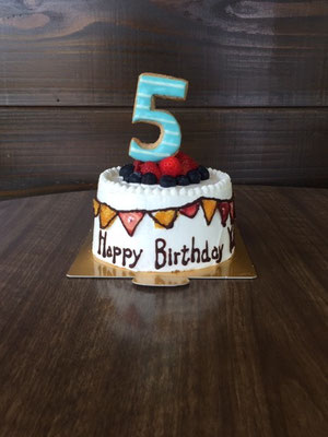 12cm 5歳のお誕生日に。フラッグガーラントにはドライストロベリーとオレンジを