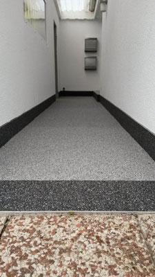 Fertige Beschichtung Steinteppich im Hauseingangsbereich - Mario Bogisch Bausysteme