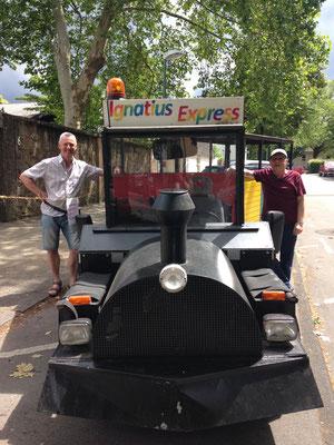 Ehrenamtliche fahren Familien mit dem Ignatius Express durch die Nachbarschaft -Gemeindefest St. Ignatius (2019)