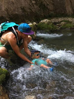 Suzon fait son premier canyonning entre la cascade verte et la cascade blanche. A 5min du Gîte à la Noix!
