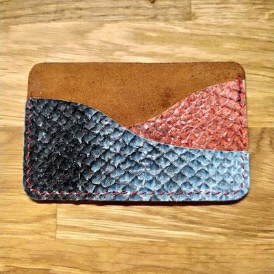 porte carte en cuir de poisson rouge et bleu