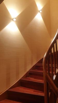 Treppenhaus mit Lehmputz - Goldgelbe Farbe die alle Stockwerke verbindet
