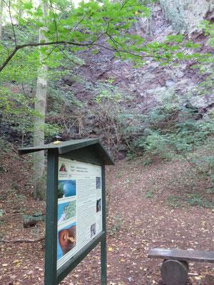 Viele Spuren des vulkanischen Ursprungs finden sich um den See, so wie dieser ehemalige Steinbruch