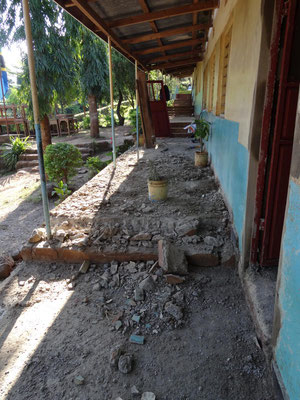 Concrete from the partially destroyed Floors of the classrooms and the veranda is removed.