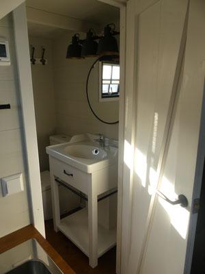 Blick ins tiny Badezimmer