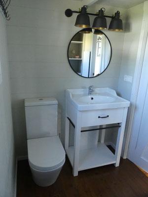 Waschtisch mit großem Spiegel und Abstellfläche