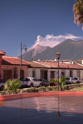 Rauchender Vulkan über Antigua