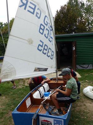 Trockenübungen an Land im Boot