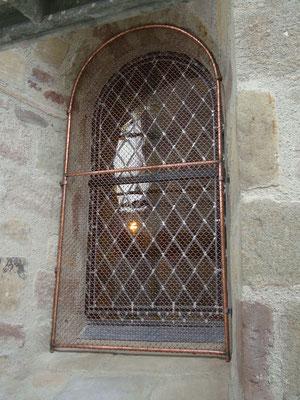 ALBIGNAC (19) Dépose des ancians vitraux dans châssis bois émoussés et création de nouveaux vitraux losange + bavettes en plomb et grille cuivre