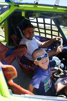 Lucas a demandé à Pedro de monter dans son buggy ...