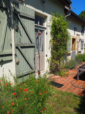 Eine Gartendusche wartet auf den ersten Einsatz!
