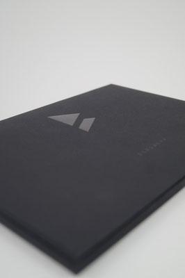 Schwarze Heißfolie auf schwarzem Papier